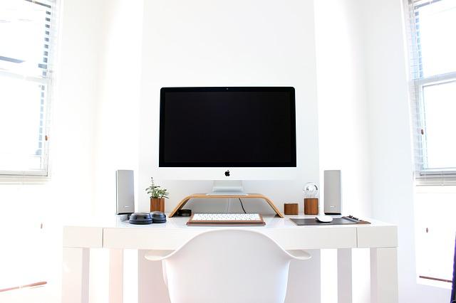 Raisons pour lesquelles vous souffrez de douleurs cervicales assis devant un ordinateur